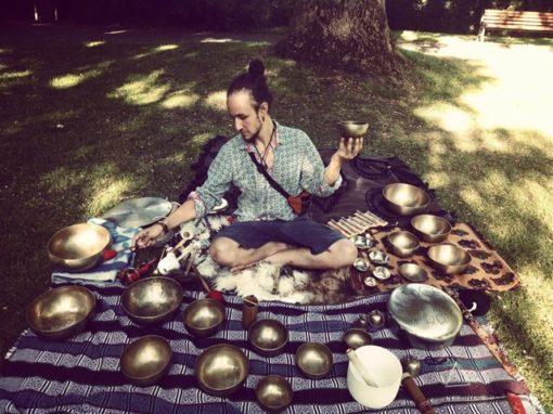 Pouvoir curatif du son avec bols chantants avec Dimitri